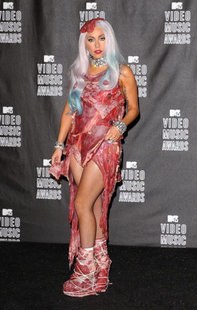Lady Gaga en los premios MTV en 2010 traje de carne cruda e1601146132547